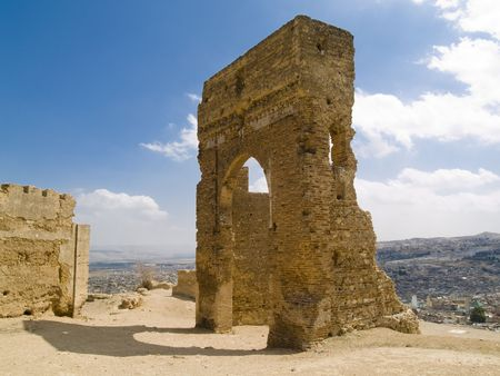 Vieille porte sur la colline dans la ville de fond F�s, Maroc. Banque d'images