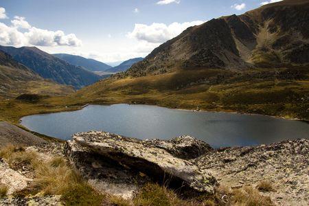 vacance: Pedourres lago, Andorra, Pyrenees. Veduta aerea, giorno di autunno.