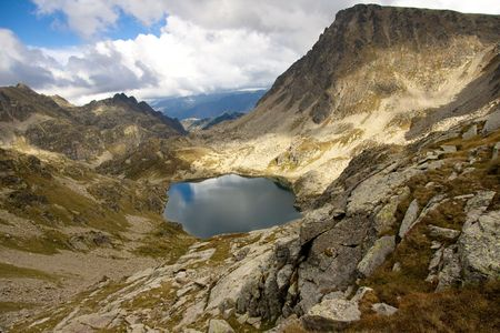 vacance: Giorno nuvoloso, piccolo lago, Andorra - montagna Pyrenees