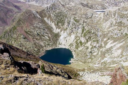 Vista a�rea a orillas de lago en el Parque Nacional de Aiguestortes en Espa�a.  Foto de archivo - 6967182