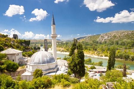 Vue sur la mosqu�e - Pocitelj. En toile de fond de la rivi�re Neretva, en Bosnie-Herz�govine.