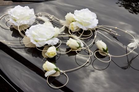 c�r�monie mariage: Fleurs blanches sur capot noir - d�coration de mariage. Banque d'images