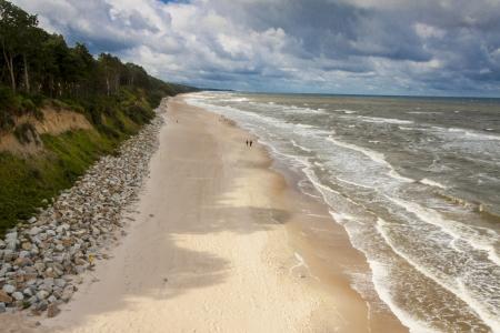 Vue sur la plage de sable - Pologne, Rewal, Mer Baltique.
