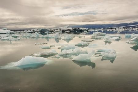 Glacier lake - Jokulsarlon lagoon, Iceland. Cloudy summer day. Standard-Bild