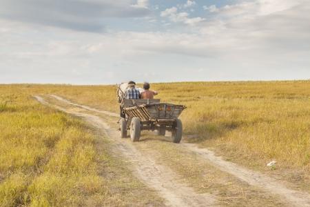 Vue rural, vieux chariot en bois - Ukraine moment de la récolte. Journée d'été ensoleillée.