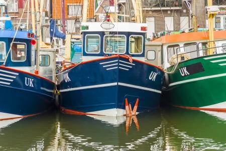 Petit port de la ville Urk - Pays-Bas. Vue sur les bateaux de p�che. Banque d'images