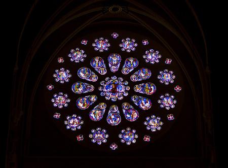 CHARTRES, FRANCE - 23 avril: les anciens vitraux dans la cath�drale de Notre-Dame de Chartres (Cath�drale Notre-Dame de Chartres) le 23 avril 2013, � Chartres. Cath�drale Notre-Dame de Chartres est sur la liste de l'UNESCO.