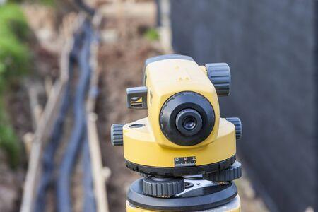 topografo: Nivel óptico equipo del topógrafo en la obra de construcción Foto de archivo