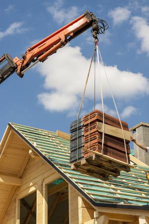 Dakdekker aan het top van de onvoltooide dak Stockfoto