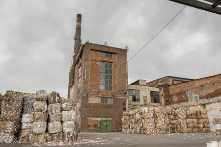 ladrillo: Exterior de la antigua f�brica de papel en Polonia. Foto de archivo