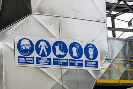 폴란드어 설명과 함께 5 개의 산업 안전 픽토그램. 스톡 콘텐츠