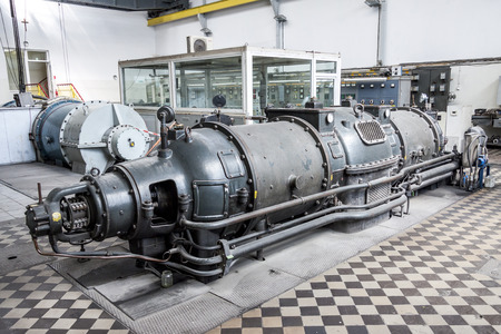 turbina de vapor: Vieja turbina de vapor - Polonia.