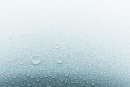 Gouttelettes de pluie sur fond de verre