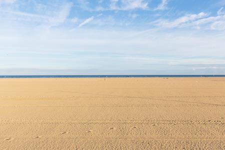 Fond de plage vide pendant une journée ensoleillée avec un ciel bleu. espace de copie Banque d'images