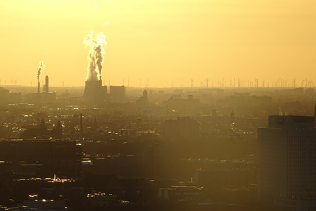 Air pollution from an industrial plant in Berlin, Germany 版權商用圖片