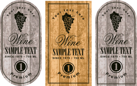 vino: conjunto de etiquetas de vino con las uvas en el fondo de tablas de madera