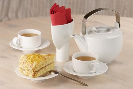 lemon pie: dos tazas de t� verde y un trozo de tarta de lim�n