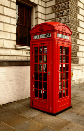 cabina telefonica: cabina de tel�fono roja tradicional de Londres, Londres, Reino Unido Foto de archivo
