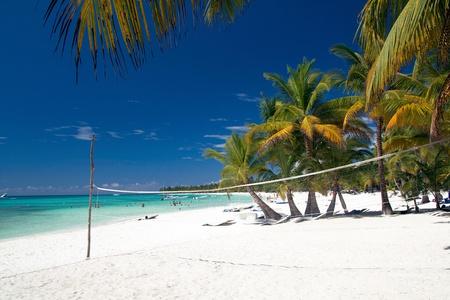 pelota de voley: Red de voleibol en la playa del Caribe, Saona