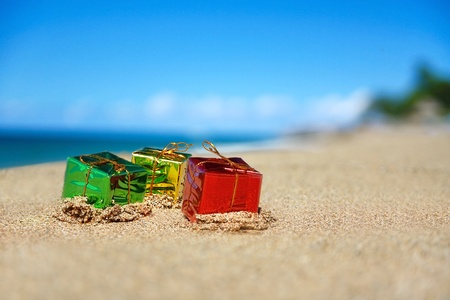 Christmas present boxes on tropical beach  Banque d'images