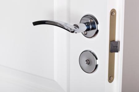 Moderne poignée de porte de style d'argent sur la porte blanche