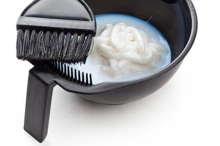 tinte cabello: Tazón con agua oxigenada y cepillo, primer plano sobre fondo blanco