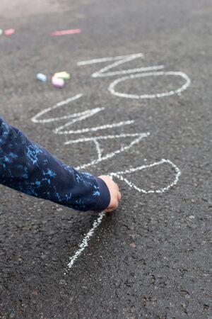simbolo de paz: Niño escritura de tiza - NO WAR