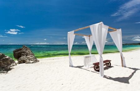 ceremonia: Arco de la boda decorado en Playa Caribe Foto de archivo