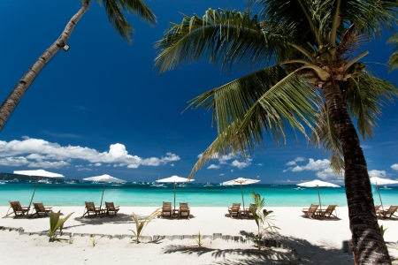 Sun umbrellas and chairs on tropical beach, Philippines, Boracay Standard-Bild