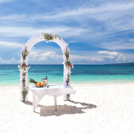 Beautiful wedding arch on tropical beach, nobody. Travel wedding Banque d'images