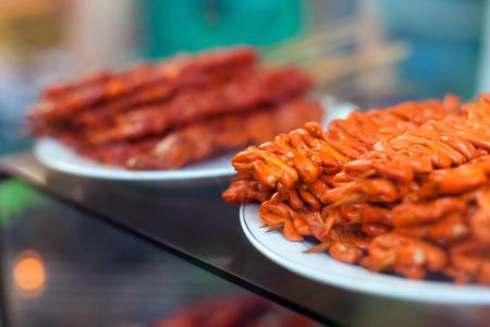 intestines: Intestinos de pollo, orejas de cerdo y los intestinos de cerdo - barbacoa en el palillo, comida local en Filipinas Foto de archivo