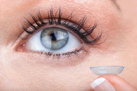 lentes de contacto: Mujer de ojos con lentes de contacto aplicar Foto de archivo