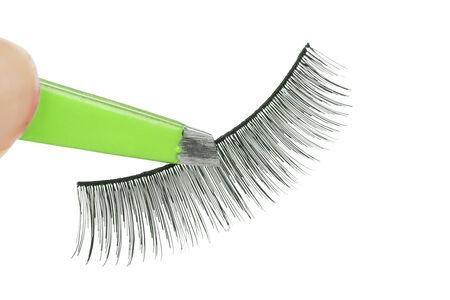 tenailles: Faux cils et pinces verts, gros plan sur fond blanc