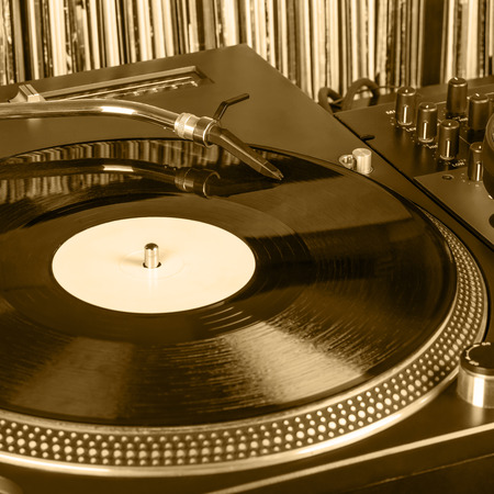Dj needle stylus on spinning record, vinyl background 스톡 콘텐츠