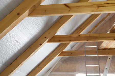 Binnenwand isolatie in houten huis, gebouw in aanbouw
