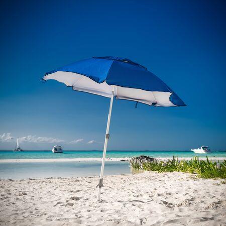 sun umbrella: Sun umbrella on caribbean beach, Cancun, Mexico Stock Photo