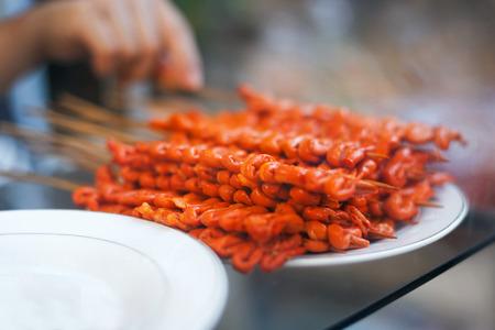 intestines: Intestinos de pollo, orejas de cerdo y los intestinos de cerdo - barbacoa en palo, comida local en Filipinas Foto de archivo