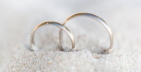 anillos boda: Anillos de bodas en la arena en la playa tropical