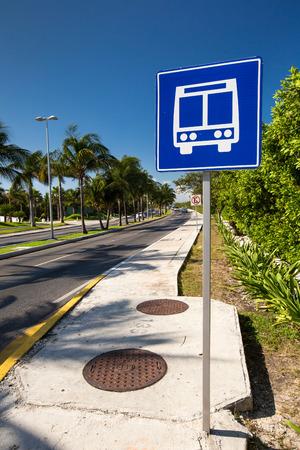parada de autobus: Muestra de la parada de autob�s p�blico por carretera Americana sobre calle camino caribbean Foto de archivo