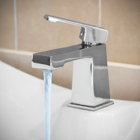 fontanero: Grifo en el ba�o, el agua est� en ejecuci�n Foto de archivo