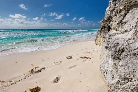 vacaciones en la playa: Océano con olas y rocas en la playa del Caribe