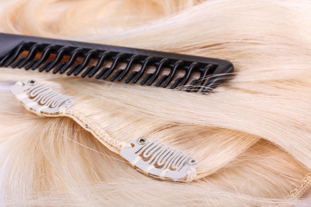 Hair extensions, clips and brush Stockfoto