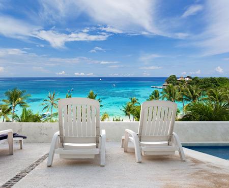 熱帯の休暇。高級リゾートのバルコニーからシービュー