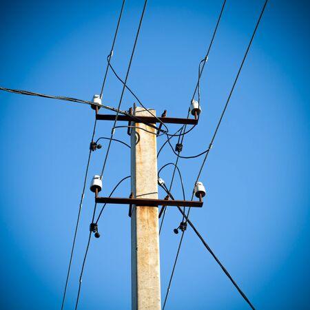 torres el�ctricas: Torres de electricidad de alto voltaje contra el cielo azul