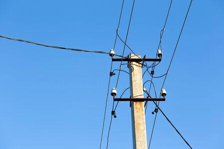 torres de alta tension: Torres de electricidad de alto voltaje contra el cielo azul