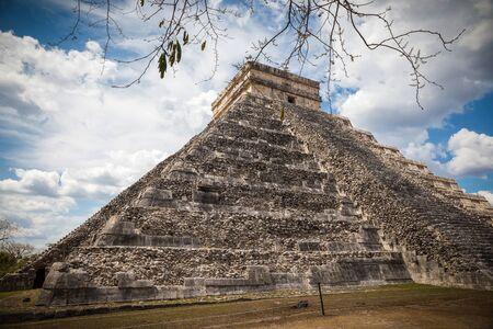 kukulkan: El Castillo The Kukulkan Temple of Chichen Itza, mayan pyramid in Yucatan, Mexico Stock Photo