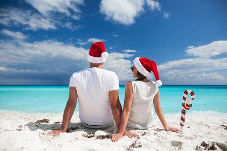 verano: Feliz pareja celebrando la Navidad en la playa