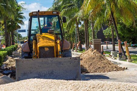 Straßenarbeiten- Bau. Bulldozer Reparatur Straße an der tropischen Straße