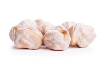 garbanzos: garbanzos secos sin procesar en el fondo blanco, comida vegetariana saludable con una gran cantidad de proteínas