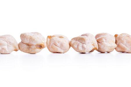 garbanzos: Alinear garbanzos secos crudos sobre fondo blanco, comida vegetariana saludable con una gran cantidad de prote�nas